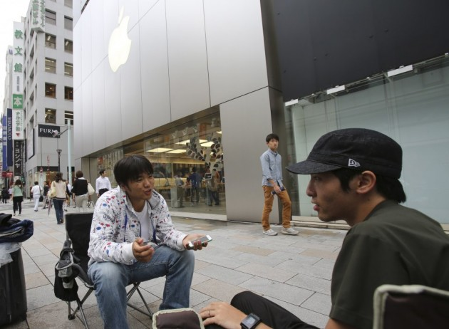 these two men have been waiting a full week outside an apple store in tokyo japan e1411055966526 В ожидании iPhone 6 по всему миру выстроились безумные очереди