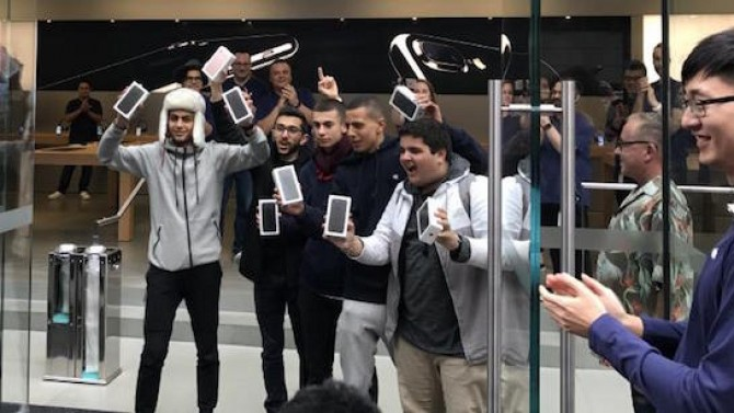 first-apple-store-iphone-7-customers
